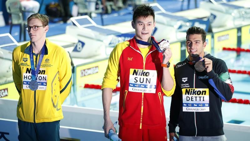 Sun Yang Shows his Gold Medal